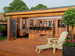 Bespoke garden cinema room with a bar Garajes de estilo moderno de Crown Pavilions Moderno