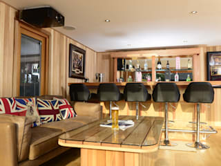 Bespoke garden cinema room with a bar 根據 Crown Pavilions 現代風