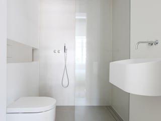Minimalist bathroom by Studio Doccia Minimalist