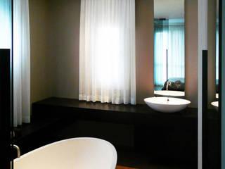 una nuova interpretazione dell'ambiente bagno: Bagno in stile in stile Moderno di STUDIO-52