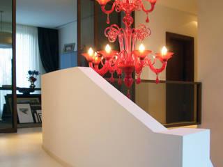 ristrutturare con rispetto e sensibilità una abitazione di pregio degli anni 60°: Ingresso & Corridoio in stile  di STUDIO-52