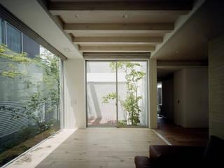 Гостиная в стиле модерн от 和泉屋勘兵衛建築デザイン室 Модерн