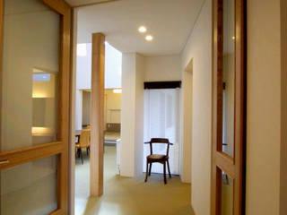 -モビリティハウスの試み- 3世代女子のための車椅子対応住宅: アウラ建築設計事務所が手掛けた廊下 & 玄関です。,オリジナル