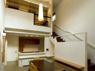 -モビリティハウスの試み- 3世代女子のための車椅子対応住宅: アウラ建築設計事務所が手掛けたリビングです。,モダン