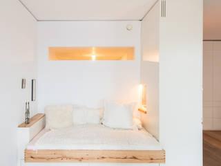 Dormitorios de estilo moderno de Holzgeschichten Moderno