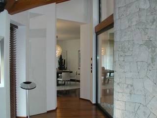 Articolazione dello spazio: Ingresso & Corridoio in stile  di Serenella Pari design
