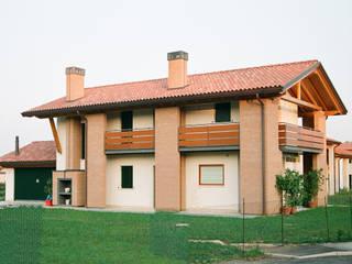 Vista nord - ovest: Case in stile in stile Moderno di Studio architetto Mauro Gastaldo