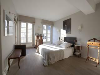 Duplex 2ème: Chambre de style  par STUDIO SANDRA HELLMANN