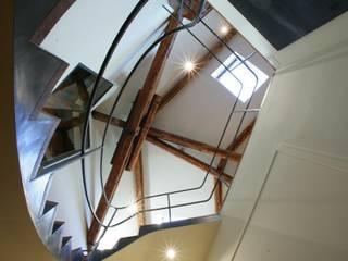 Pasillos, vestíbulos y escaleras modernos de studio lenzi e associati Moderno