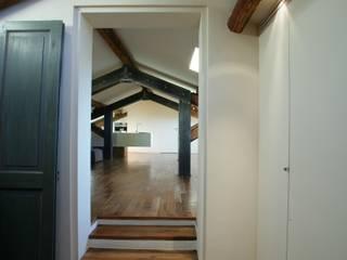 Puertas y ventanas modernas de studio lenzi e associati Moderno