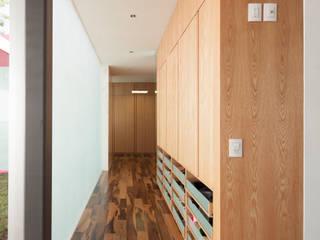 Corridor & hallway by Echauri Morales Arquitectos