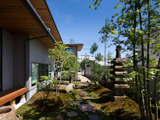 Eclectic style gardens by 井上久実設計室 Eclectic