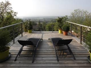 Réalisation d'une maison à ossature Bois Balcon, Veranda & Terrasse modernes par Inside Home Concept Moderne