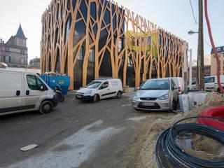 La forêt au coeur du nouveau centre ville - Façade Nord: Lieux d'événements de style  par Laraqui Bringer