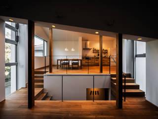 クレバスハウス 書斎+リビングルームからダイニング・キッチン: 株式会社seki.designが手掛けたリビングです。,