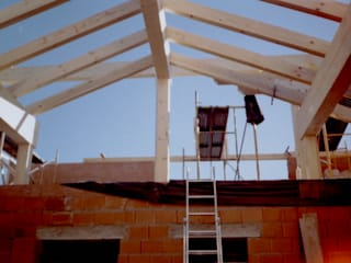 Estructura cubierta en madera laminada de abeto: Casas de estilo  de Carpinteria y Ebanistería El Taller Magico