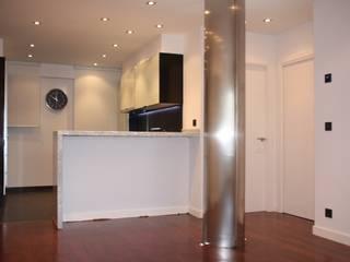 Kitchen by ERRASTI, Modern
