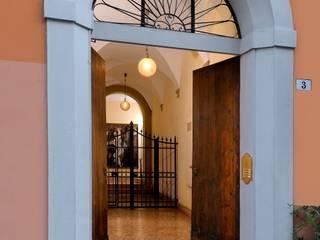 Pasillos, vestíbulos y escaleras clásicas de studio lenzi e associati Clásico