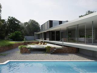 Casas de estilo minimalista por Strom Architects