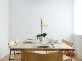 Minimalist dining room by Jacek Tryc-wnętrza Minimalist