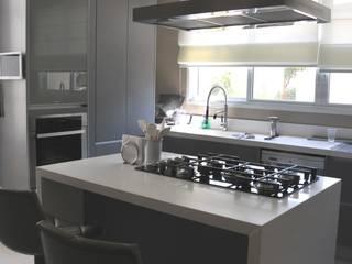 Nhà bếp phong cách hiện đại bởi Renata Amado Arquitetura de Interiores Hiện đại