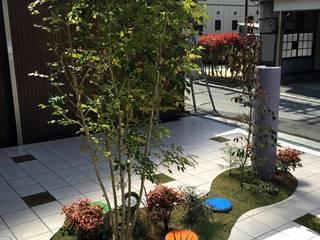 目線をさえぎる 一本の植木 モダンな 家 の sotoDesign 株式会社竹本造園 モダン