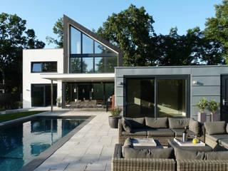 aanzicht vanaf lounche Moderne balkons, veranda's en terrassen van Villa Delphia Modern