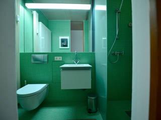 Das schmalste Haus von Köln:  Badezimmer von Radius Design,Modern