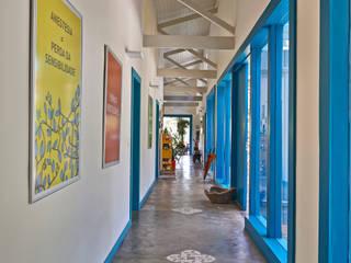 Pasillos y recibidores de estilo  por Beth Marquez Interiores