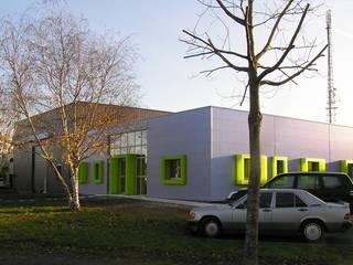 Relooking : Modification de l'image d'un bâtiment tertiaire: Bureaux de style  par Pascale Minier Architectes