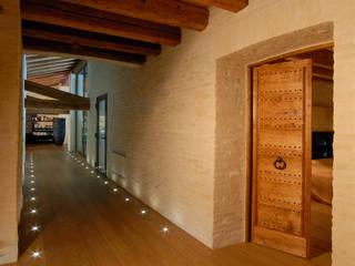 TRADIZIONE, PERSONALITA', ECLETTISMO: Ingresso & Corridoio in stile  di STUDIO CERON & CERON