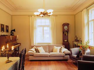 Wohnung in Jugendstilvilla, München: klassische Wohnzimmer von PLANUNG-RAUM-DESIGN Anne Batisweiler