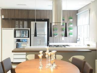 APTO ARAN: Salas de jantar  por Renata Amado Arquitetura de Interiores,Moderno