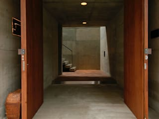 世田谷・桜の住宅: 井上洋介建築研究所が手掛けた廊下 & 玄関です。,モダン