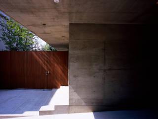 世田谷・桜の住宅 モダンデザインの ガレージ・物置 の 井上洋介建築研究所 モダン