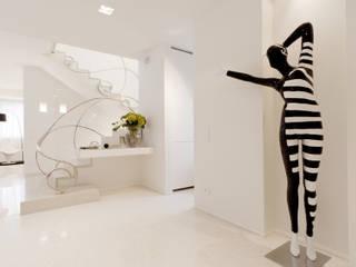 STUDIO CERON & CERON Eclectic style corridor, hallway & stairs