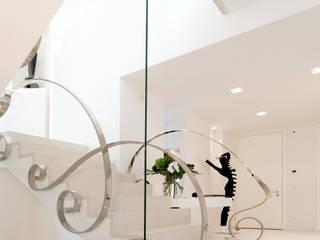 Couloir et hall d'entrée de style  par STUDIO CERON & CERON, Éclectique