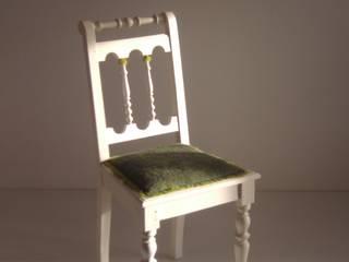 rechte stoel met groen bont:   door Lifecycle Art & Furniture