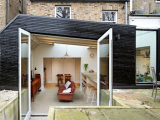 Large external doors to blur the boundaries between outside and inside:  Living room by Fraher Architects Ltd