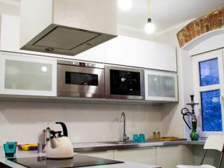 Mieszkanie w starej kamienicy Industrialna kuchnia od Pracownia B2 Industrialny