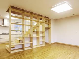 ห้องนั่งเล่น by thinkTREE Architects and Partners