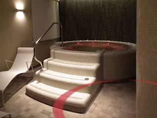 Vasca idromassaggio con cascata e cromoterapia: Spa in stile in stile Moderno di ITALIAN WELLNESS - The Art of Wellness