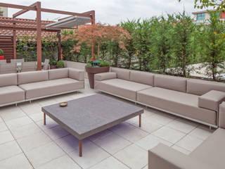 Balcones y terrazas de estilo minimalista de silvia delpiano studio e progettazione giardini Minimalista