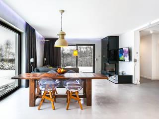 Dom z miętą Minimalistyczna jadalnia od COCO Pracownia projektowania wnętrz Minimalistyczny