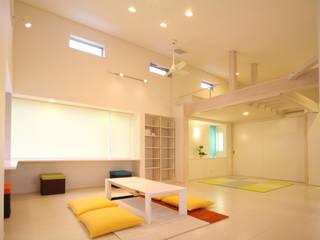 Living room by 吉田設計+アトリエアジュール, Modern