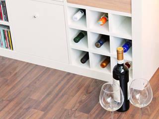 Flascheneinsatz für Ikea Expedit Regal in weiß:  Wohnzimmer von NSD New Swedish Design GmbH