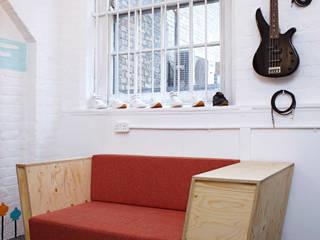 Record Play Artist Lounge: modern  by TAPEgear, Modern