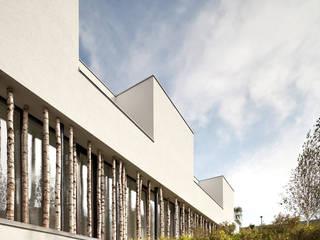 Projekty, nowoczesne Domy zaprojektowane przez juri troy architects