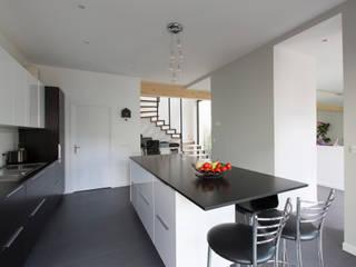 Cocinas minimalistas de agence MGA architecte DPLG Minimalista