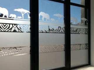 Oubliez les rideaux et découvrez l'adhésif dépoli ! par J'HABILLE VOS FENETRES Éclectique